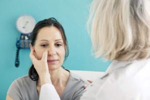 Abtasten des Gesichts bei Nasennebenhöhlenentzündung